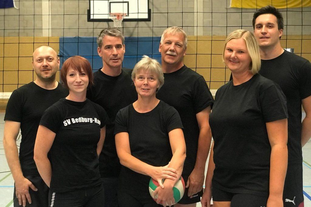 Unser Foto zeigt die meisterliche Hobby-Volleyball-Mixed I der SV Bedburg-Hau von links nach rechts: Sebastian Henning, Lena Schrievers, Guido Oster, Monika Beckhoff-Tödter, Ed-gar Groß, Kathy Schumacher und Joachim Just. Es fehlt Eva Schrievers.